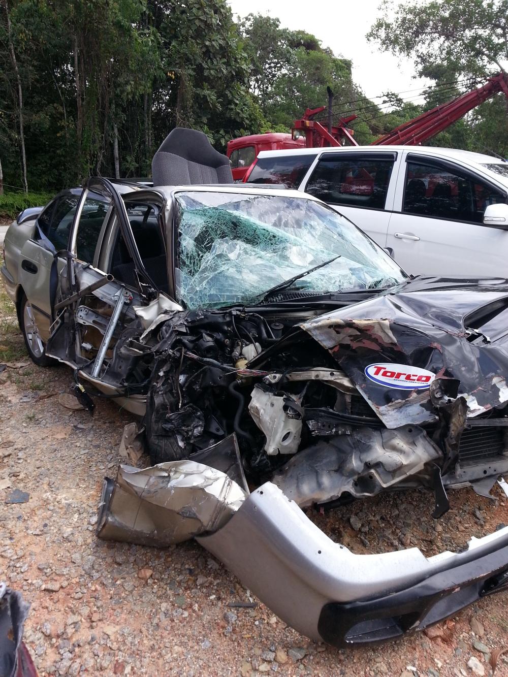Ni lah keadaan kereta yang melanggar kereta kami masa CNY 2013. Alhamdulillah penumpang2 semua masih hidup, pemandu patah kedua pinggul. Kami anak beranak pula dengan kuasa Allah, alhamdulillah hanya bengkak2 sikit saja..